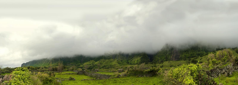 Montagne nuvolose dei flores, isole dei acores fotografia stock