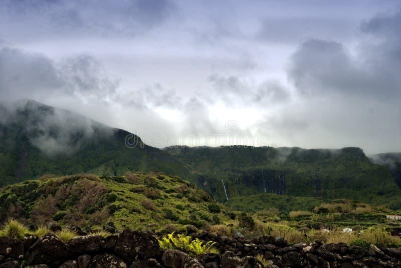 Montagne nuvolose dei flores, isole dei acores immagini stock libere da diritti