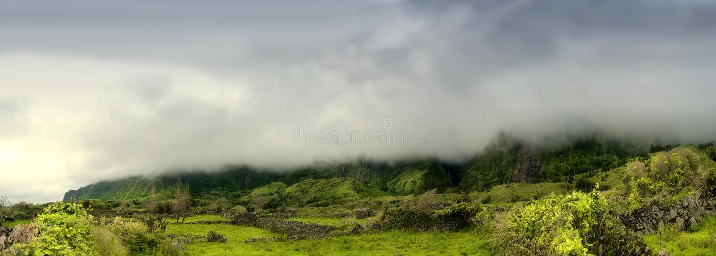 Montagne nuvolose dei flores, isole dei acores fotografie stock