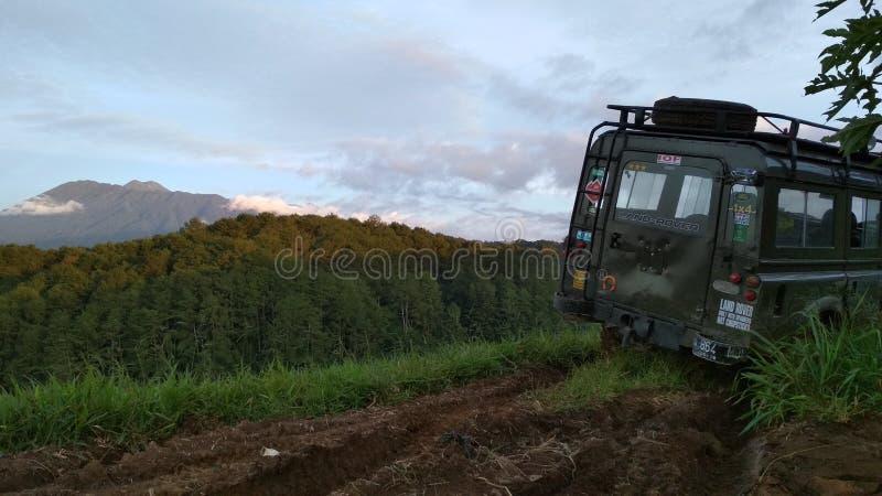 Montagne paisible et outre du véhicule routier photo stock