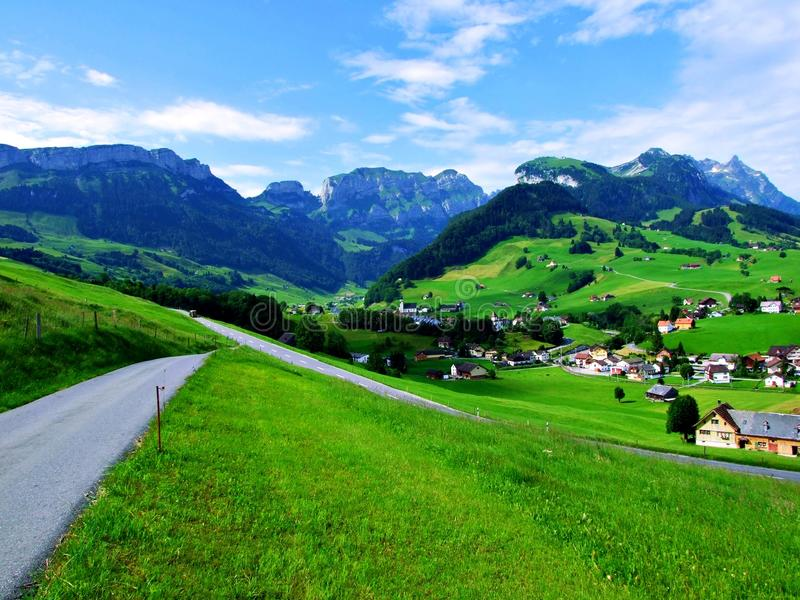 montagne, paysage, montagnes, nature, ciel, alpes, vallée, été, vert, herbe, route, pré, bleu, village, voyage, rural, avants photos libres de droits