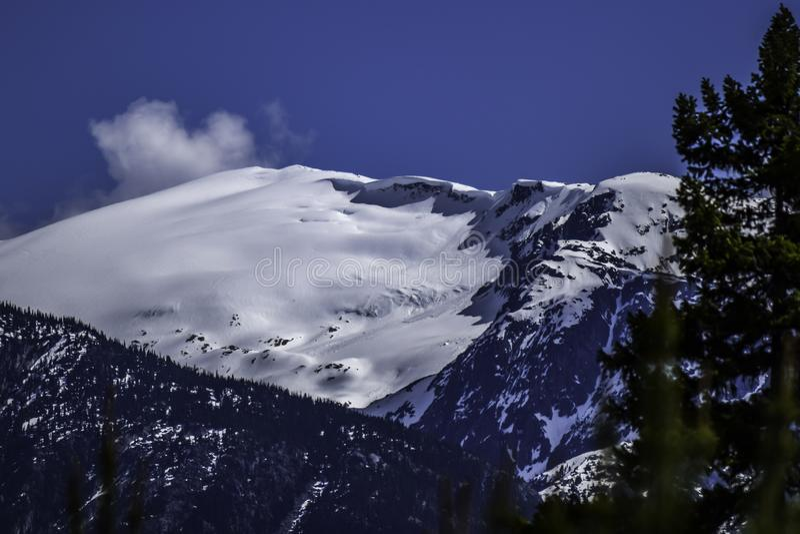 Montagne pendant l'hiver avec une corniche de neige photo stock