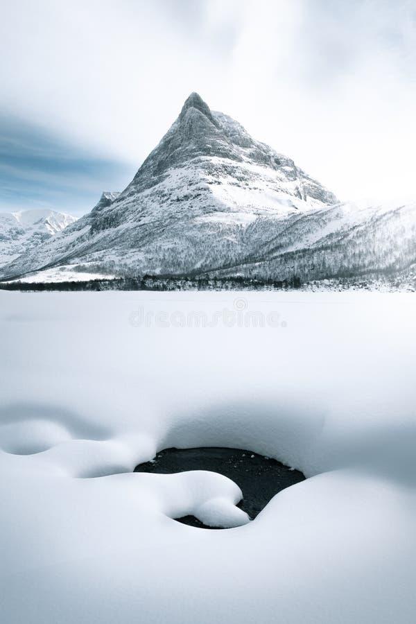 Montagne pointue pendant l'hiver photographie stock