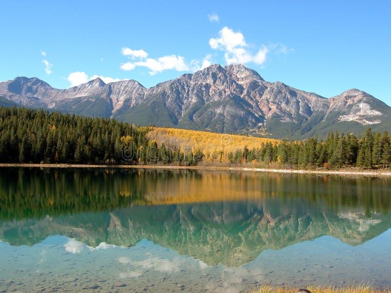 Montagne reflétée image stock
