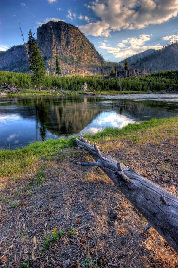 Montagne reflétée images stock