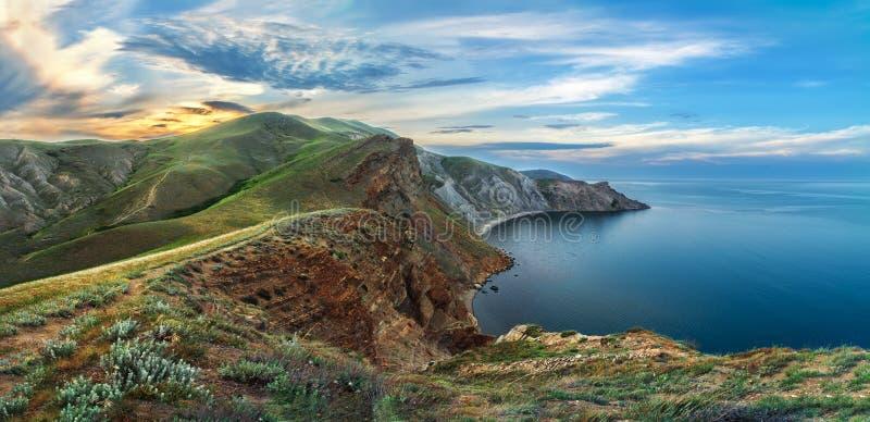 Montagne rocciose fuori dalla costa del mare Panorama delle montagne della Crimea fotografia stock