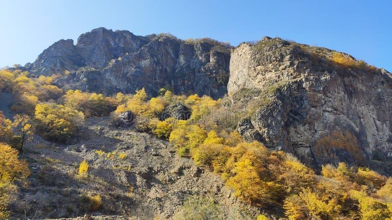 Montagne rocciose, strada per Dombay: Caucaso fotografia stock