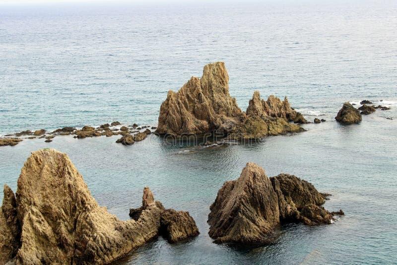 Montagne rocheuse sur le bord de la mer photo stock