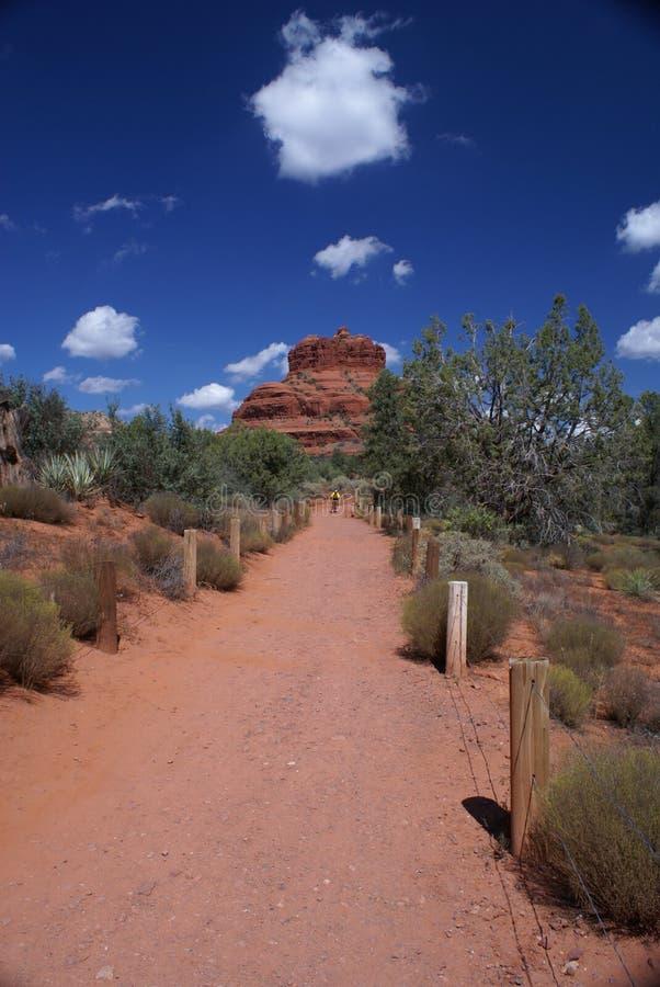 Montagne rouge de roche avec le cycliste photo libre de droits