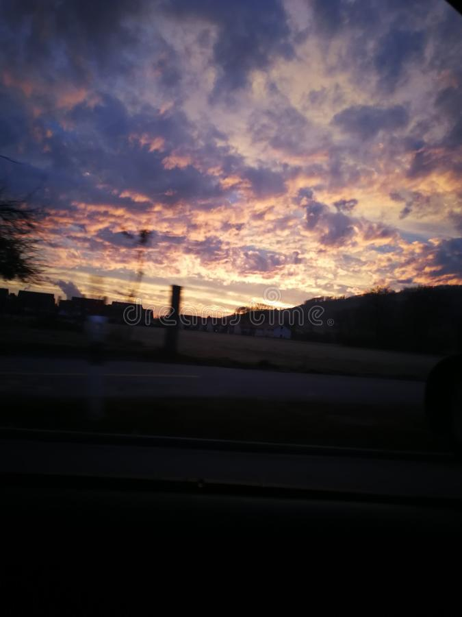 montagne rouge de rue de ciel de soirée de soleil photo libre de droits