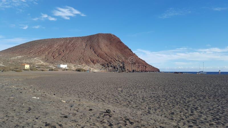 montagne rouge sur T?n?rife sur le c?t? de plage photos libres de droits