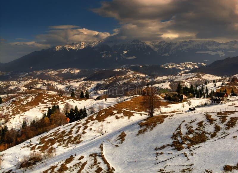 Montagne rumene in inverno immagini stock libere da diritti