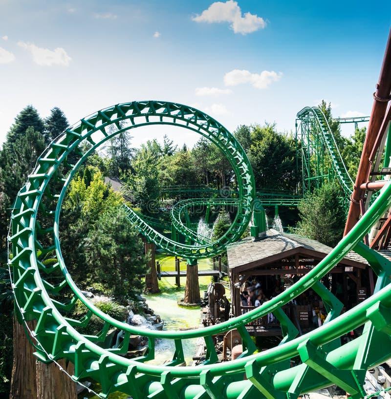 Montagne russe al più grande parco di divertimenti in Italia immagini stock