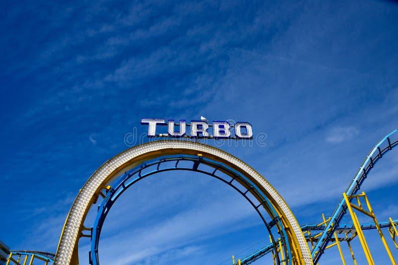 Montagne russe del parco di divertimenti sul pilastro di Brighton con il gabbiano immagine stock