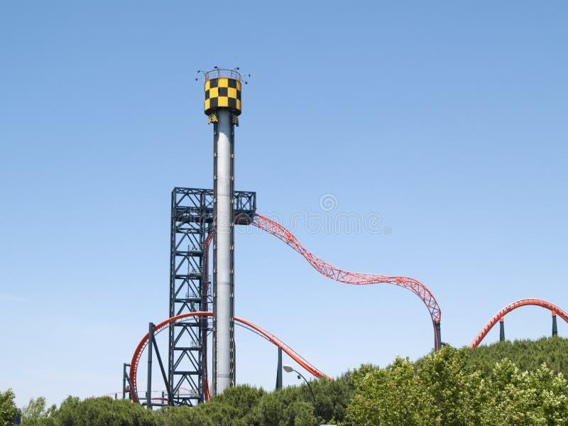 Montagne russe nel parco di divertimenti di Parque de atracciones de Madrid immagine stock