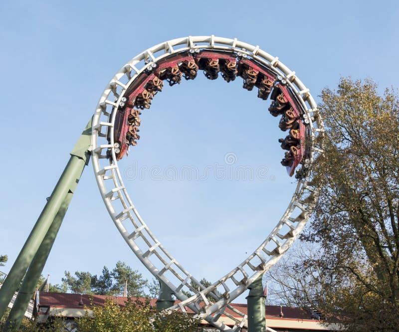 Montagne russe sul parco di divertimenti in Olanda immagini stock