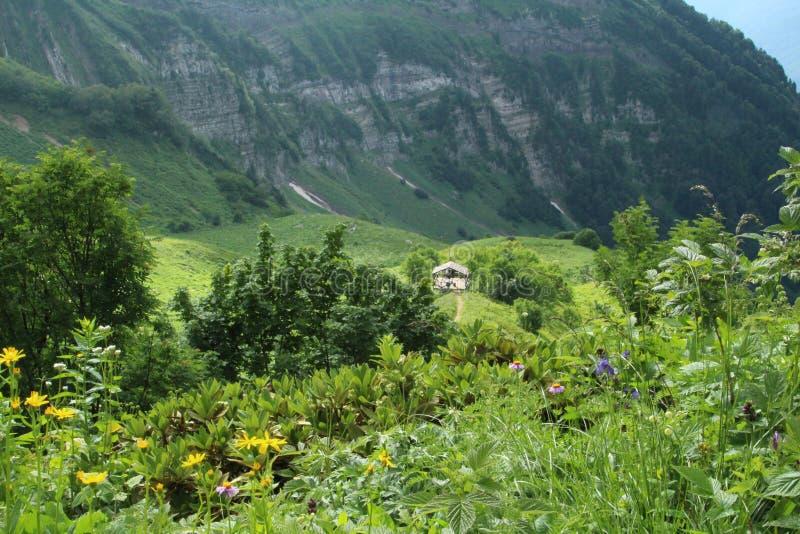 Montagne in Russia Una casa di estate su una collina Cielo pieno di sole immagini stock