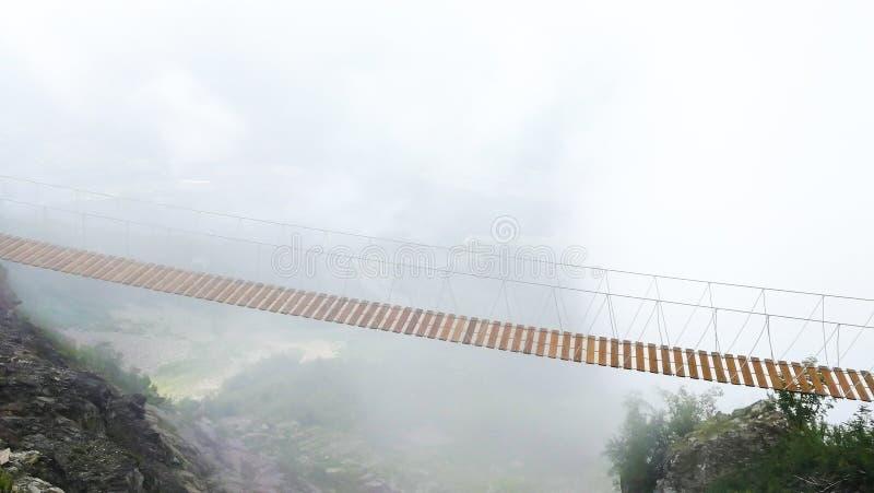 Montagne s'élevante de pont suspendu dangereux photos libres de droits