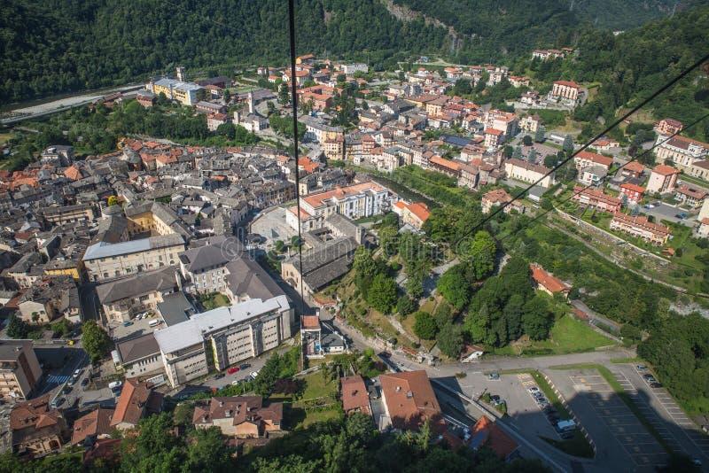 Montagne sainte de Sacro Monte di Varallo dans Piémont Italie - vue de la benne suspendue - patrimoine mondial de l'UNESCO images stock