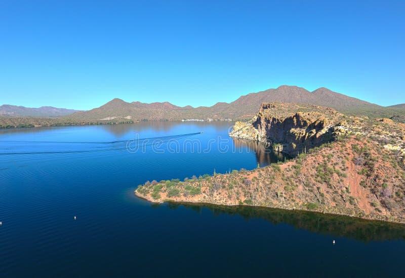 Montagne, scogliere, deserto e lago fotografia stock libera da diritti
