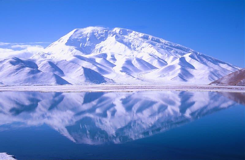 montagne snow-capped grande photo libre de droits