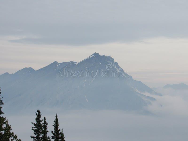 Montagne sopra la nuvola fotografia stock