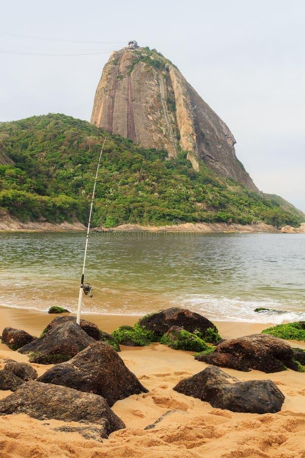 Montagne Sugarloaf et canne à pêche sur la plage rouge dans le jour pluvieux, Ri photographie stock