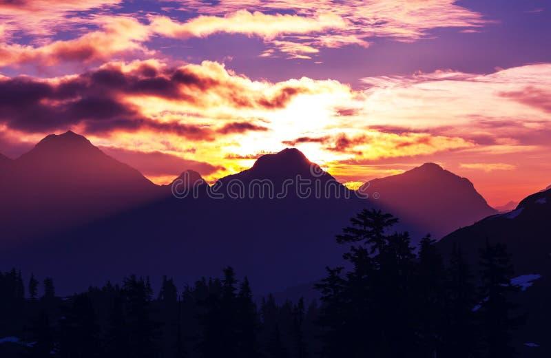 Montagne sul tramonto fotografie stock libere da diritti