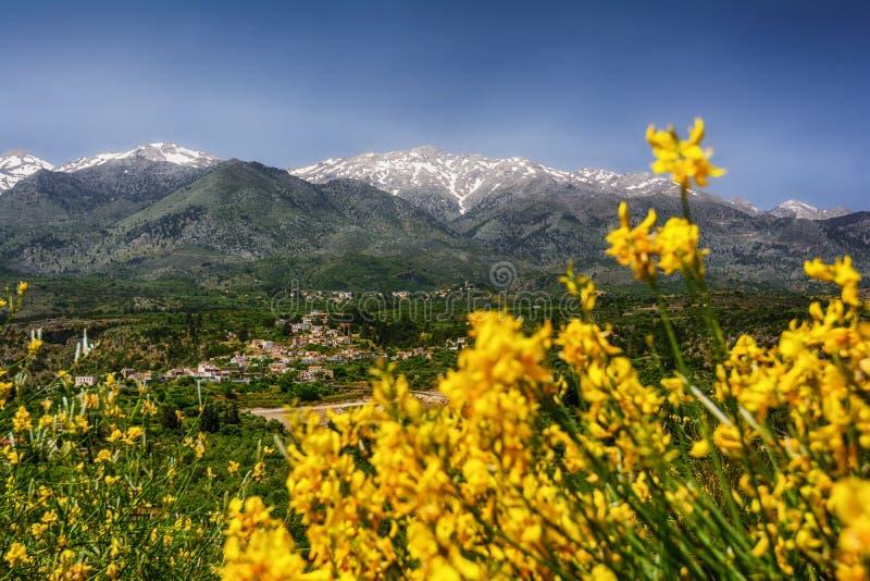 Montagne a tempo di molla, Creta, Grecia del cretan di Snowy immagine stock libera da diritti