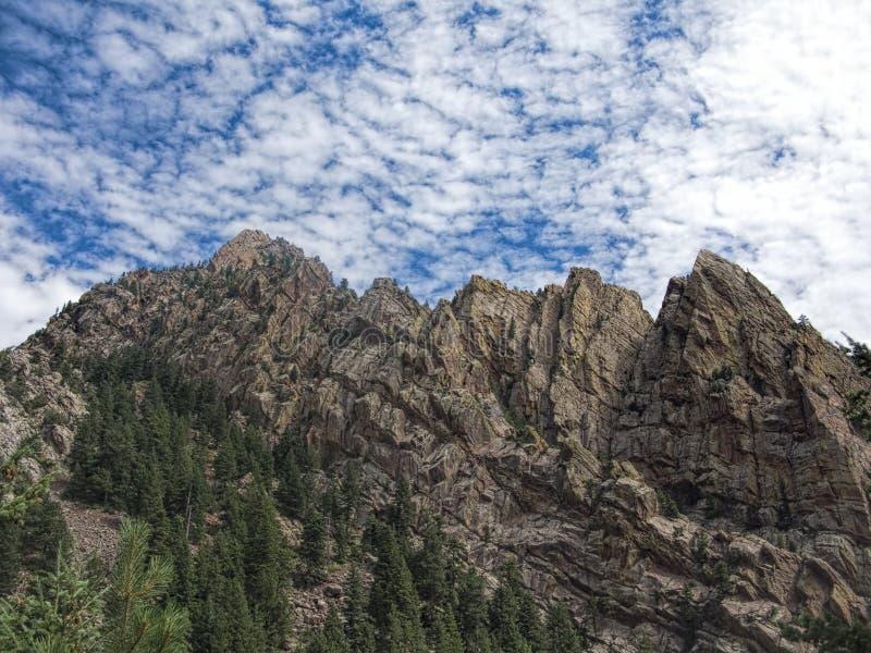 Montagne torreggianti e nuvole fresche a Boulder, Colorado immagini stock