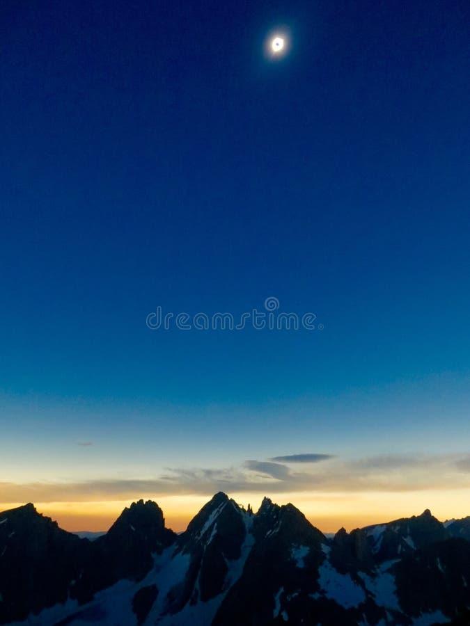 Montagne totali di eclissi solare fotografie stock