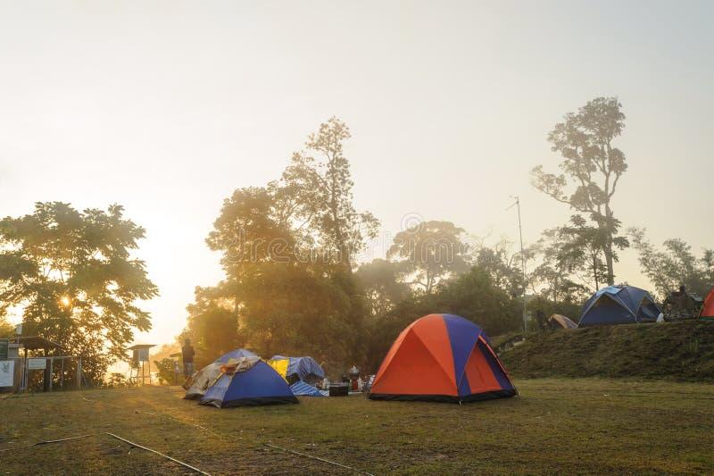 Montagne tropicale de lever de soleil images stock