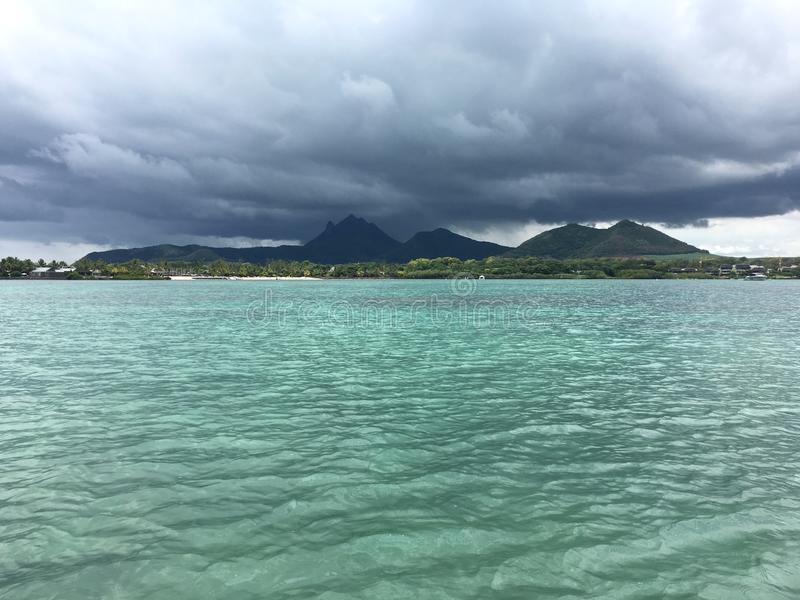 Montagne un giorno nuvoloso dal vedere fotografia stock