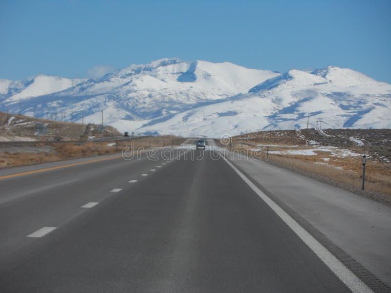 Montagne vermiglie innevate dalla strada principale immagini stock libere da diritti