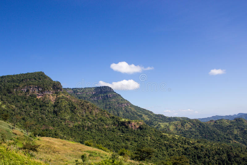 Montagne verte et ciel bleu image stock