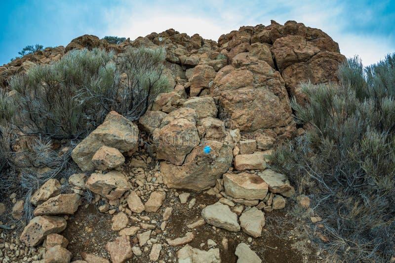 Montagne vicino al parco nazionale di Teide Piramide naturale delle rocce vulcaniche nell'habitat di vegetazione endemica Sombrer immagini stock