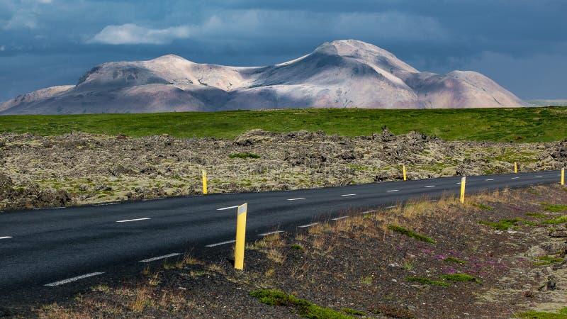 Montagne vulcaniche d'avvicinamento venenti della strada immagine stock libera da diritti