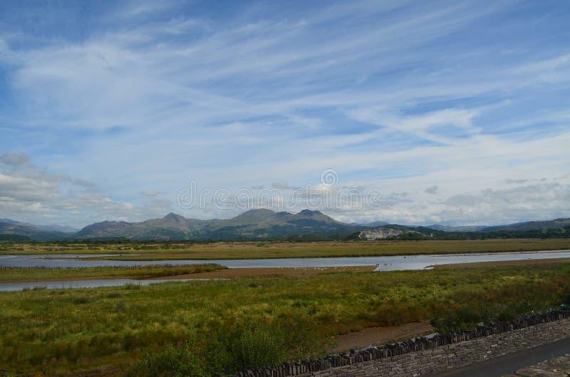 Montagnes éloignées au-dessus des marais immobiles de l'eau images stock