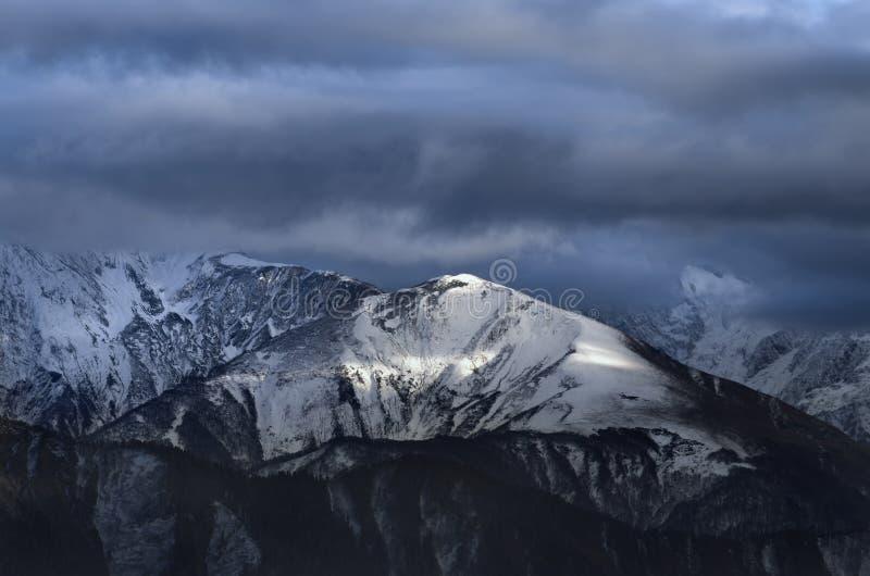 Montagnes énormes sous un nuage de tempête photos libres de droits