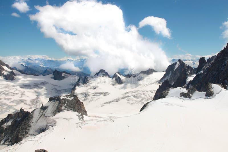 Montagnes alpines couvertes de neige fraîche et blanche. Alpinisme, voyage photos libres de droits