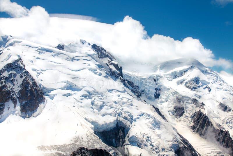 Montagnes alpines couvertes de neige fraîche et blanche Alpinisme, voyage photo libre de droits