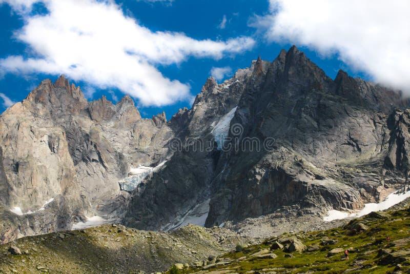 Montagnes alpines couvertes de neige fraîche et blanche Alpinisme, voyage image libre de droits
