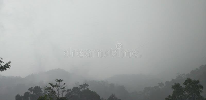 Montagnes après pluie photos stock