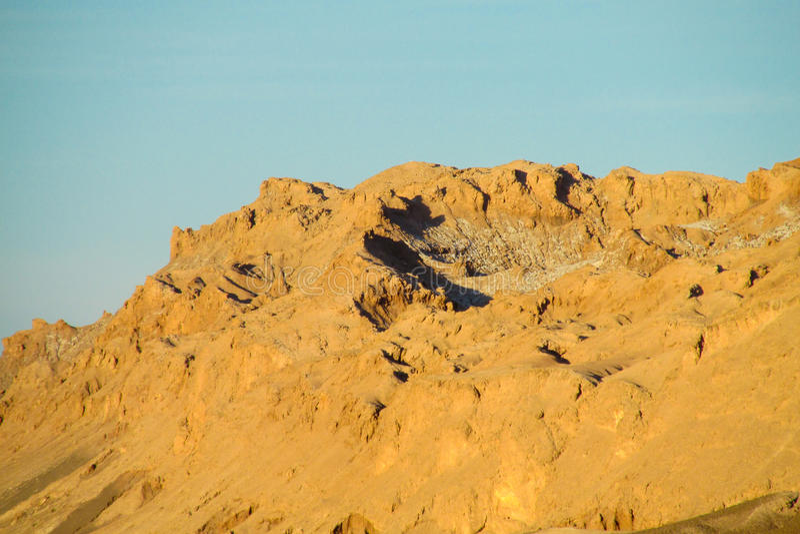 Montagnes arides de désert d'Atacama au coucher du soleil photos libres de droits