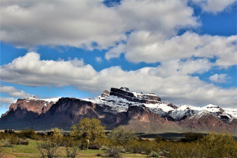 Montagnes Arizona, réserve forestière de Tonto, jonction d'Apache, Arizona, Etats-Unis de superstition photo stock