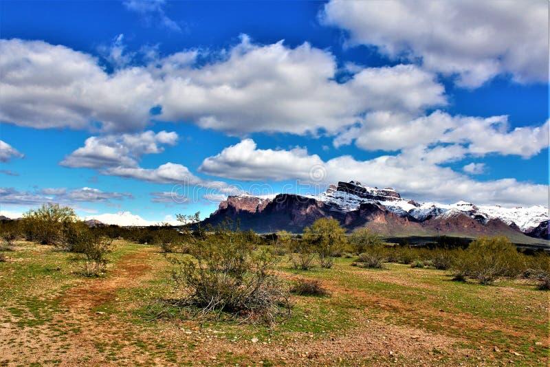 Montagnes Arizona, réserve forestière de Tonto, jonction d'Apache, Arizona, Etats-Unis de superstition image libre de droits