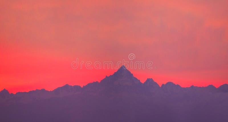 Montagnes au coucher du soleil photographie stock libre de droits