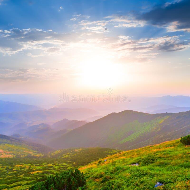 Montagnes au début de la matinée image stock