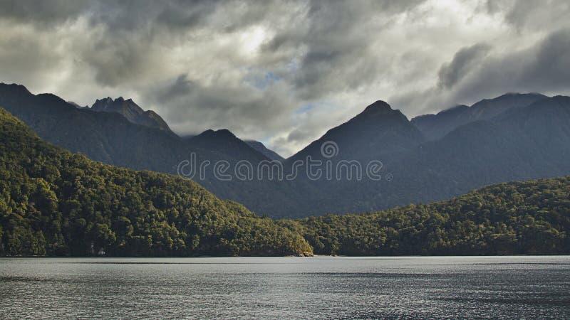 Montagnes au-dessus du lac photos stock
