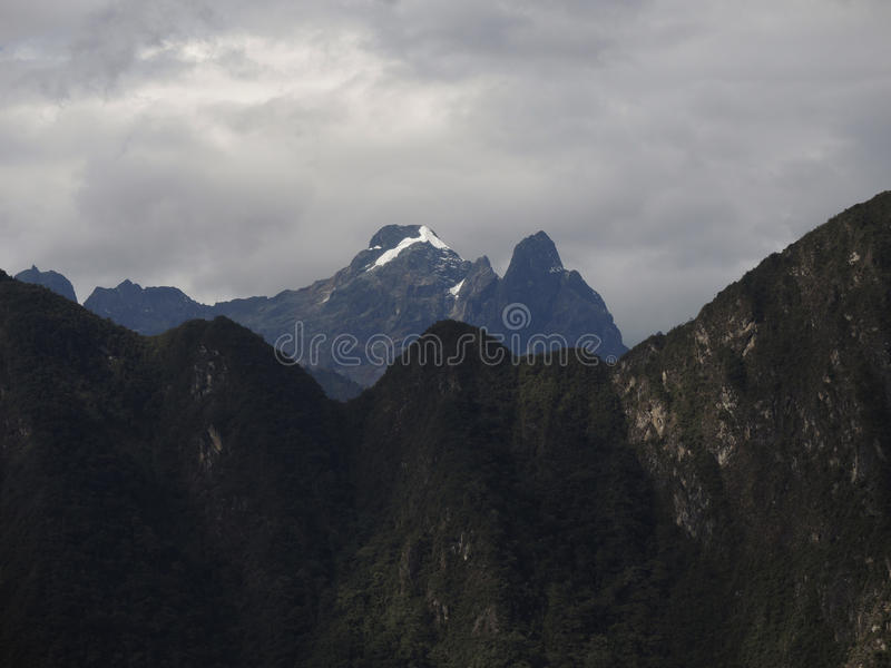 Download Montagnes au Pérou photo stock. Image du tranquillité - 77156570